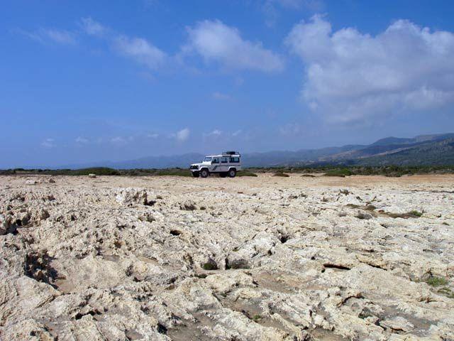 Zdjęcia: W drodze z Paphos do Fontana Amorosa, Samotny jeep, CYPR