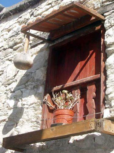 Zdjęcia: Paphos, Okno zabite dechami. Kwiatek tez zabity - od nadmiaru slonca., CYPR