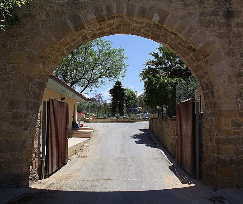 Zdjęcia: Brama Ammochostos , Nikozja, Poeta, w głębi rzeźba ze szkła , CYPR