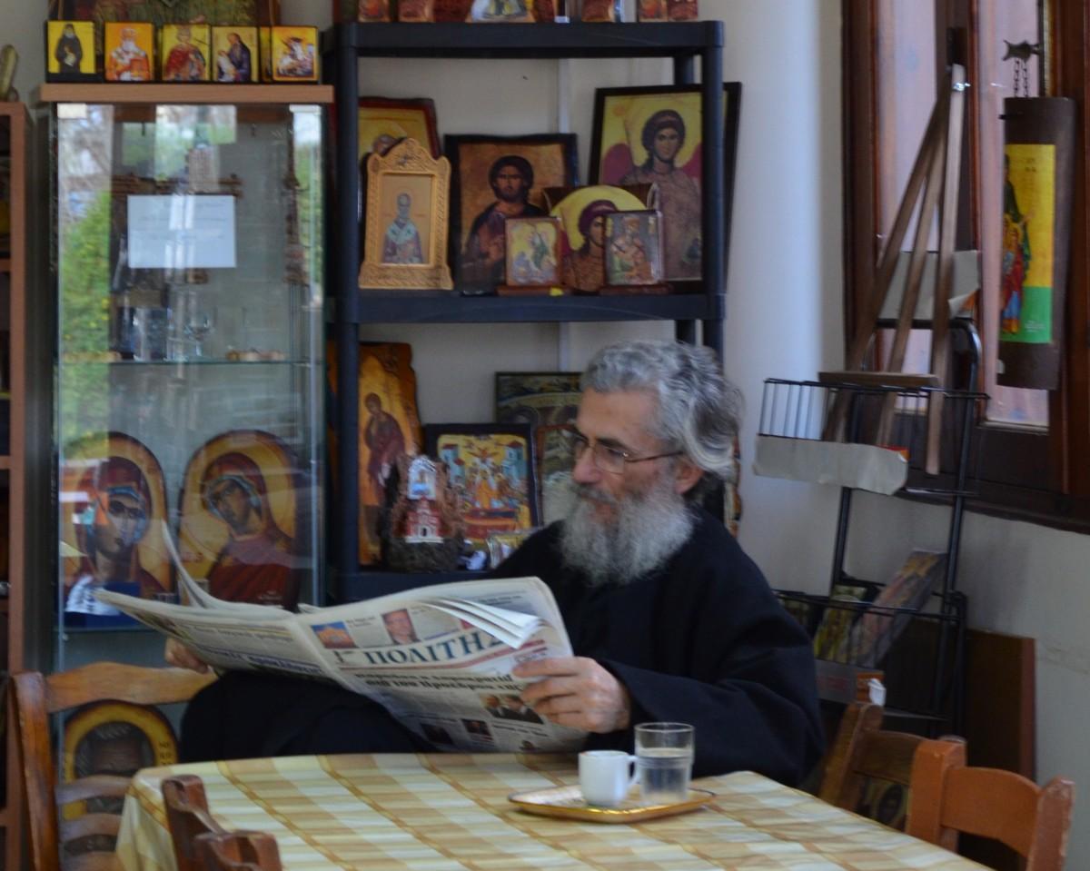 Zdjęcia: Paphos, Część grecka, Pan zaczytany :-) Scenka, którą często można zaobserwować na Cyprze, CYPR