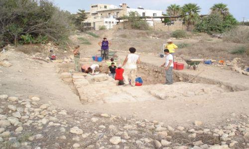 Zdjecie CYPR / Pafos / Pafos / Archeolog w pracy