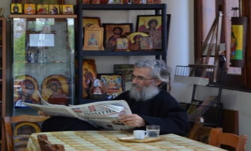 Zdjęcie CYPR / Część grecka / Paphos / Pan zaczytany :-) Scenka, którą często można zaobserwować na Cyprze