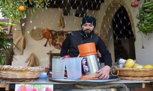 Zdjęcie CYPR / Część turecka Cypru / wioska Bellapais / Uliczna wytwórnia soku z granatów