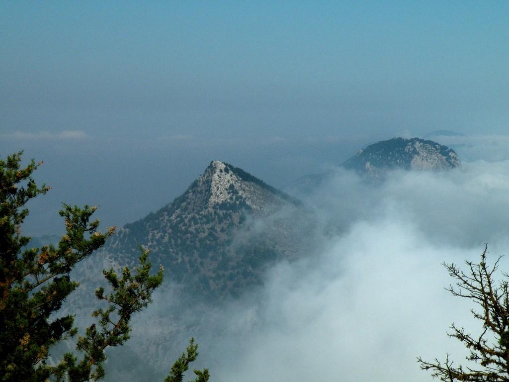 Zdjęcia: Kyrenia, Kyrenia, Zamglone szczyty górskie, CYPR PÓŁNOCNY