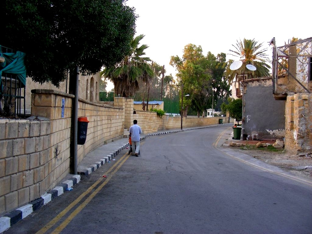 Zdjęcia: Nikozja, Nikozja, Ulica w Nikozji, obok stadionu piłkarskiego., CYPR PÓŁNOCNY