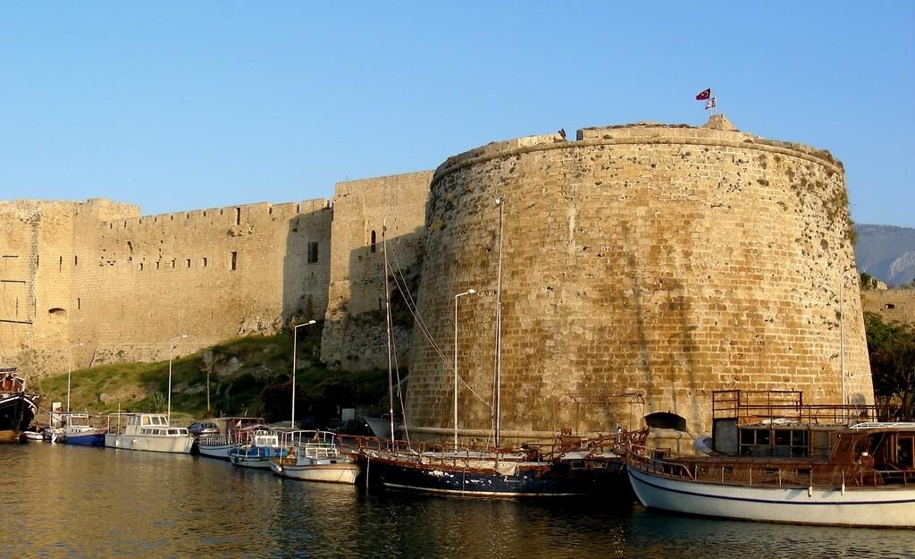 Zdjęcia: Girne, Kyrenia,  Przysadzista wieża zamku Kyrenia., CYPR PÓŁNOCNY