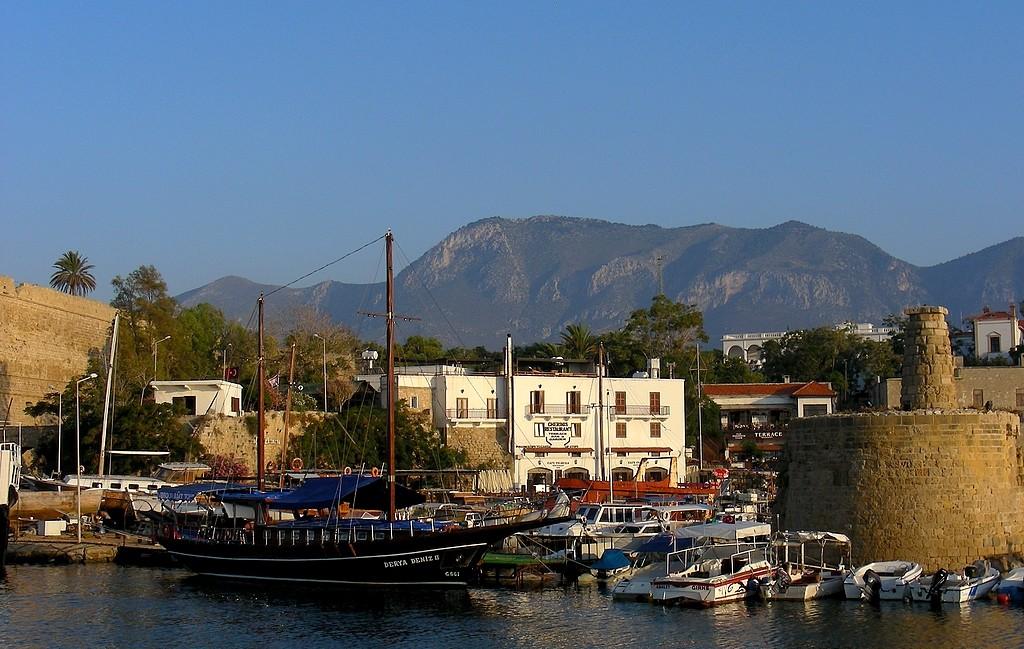 Zdjęcia: Girne, Kyrenia, Widok na góry, z portu., CYPR PÓŁNOCNY