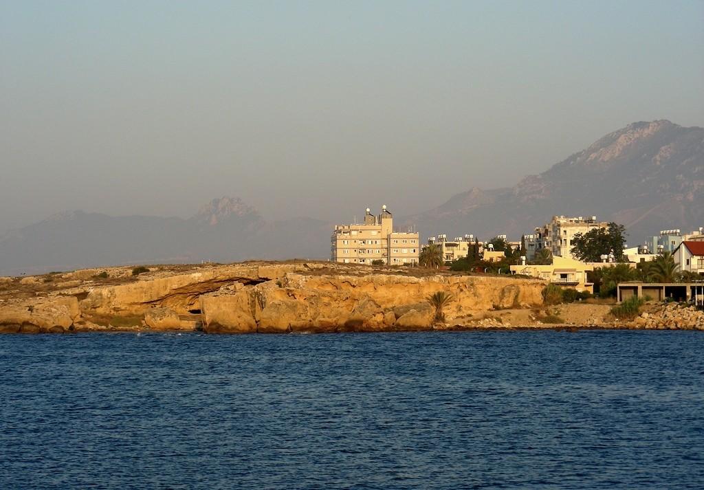 Zdjęcia: Girne, Kyrenia, Skalisty brzeg z zabudową, CYPR PÓŁNOCNY