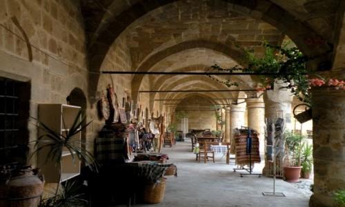 Zdjęcie CYPR PÓŁNOCNY / Nikozja / Nikozja / Sprzedaż pamiątek pod arkadami.