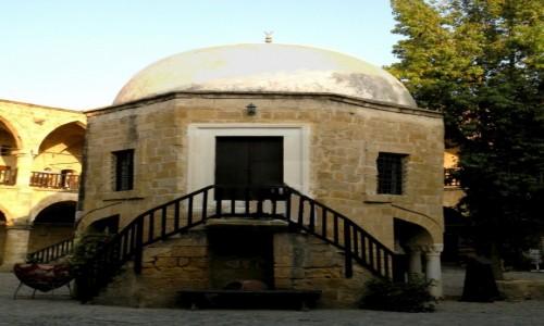 Zdjęcie CYPR PÓŁNOCNY / Kyrenia / Girne /  Budowla na dziedzińcu
