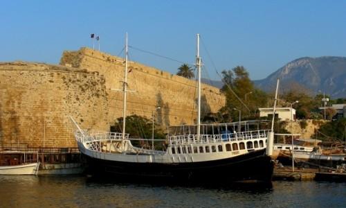 Zdjęcie CYPR PÓŁNOCNY / Kyrenia / Girne / Statek eksponat, jakich tam wiele.