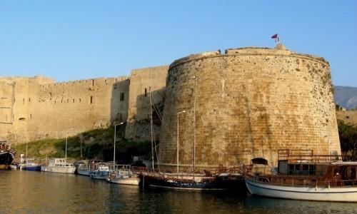 Zdjęcie CYPR PÓŁNOCNY / Kyrenia / Girne /  Przysadzista wieża zamku Kyrenia.