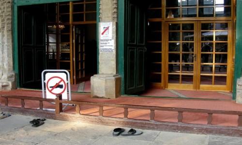 Zdjecie CYPR PÓŁNOCNY / Nikozja / Nikozja / Przed wejściem do meczetu, laczki