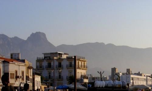 Zdjecie CYPR PÓŁNOCNY / Kyrenia / Girne / Widok z falochronu na miasto i góry Kyreńskie
