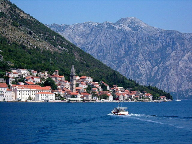 Zdjęcia: Perast, Boka Kotorska, Perast na tle gór, CZARNOGÓRA