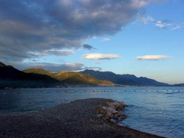 Zdjęcia: Bijela, Boka Kotorska, Cienie chmur na górach, CZARNOGÓRA