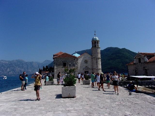 Zdjęcia: okolice Perastu, Boka Kotorska, Kościółek na wyspie od strony wejścia, CZARNOGÓRA