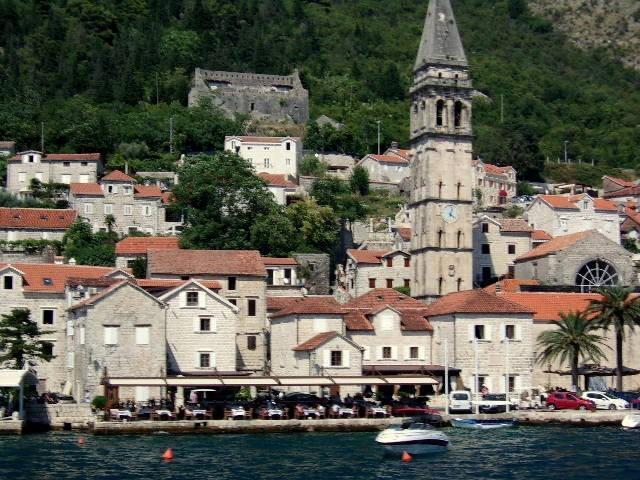 Zdjęcia: Perast, Boka Kotorska, Na górze ruina po trzęsieniu ziemi, CZARNOGÓRA