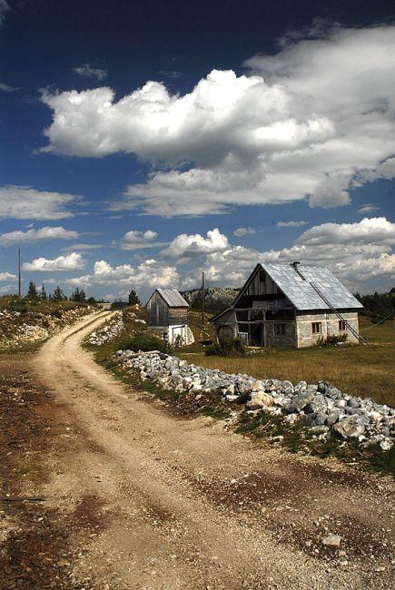 Zdjęcia: okolice Zabljaka, Masyw Durmitor, domek w drodze, CZARNOGÓRA