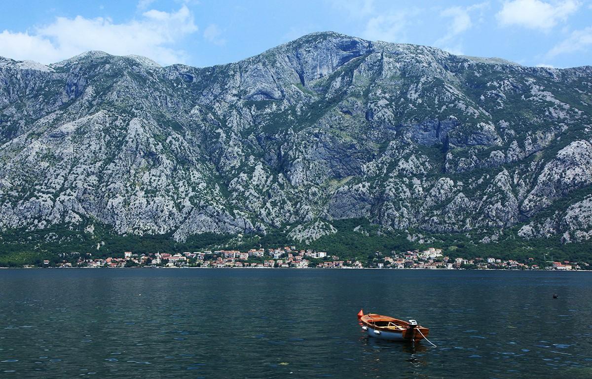 Zdjęcia: W drodze do Herceg Novi, Boka Kotorska, Łódka, CZARNOGÓRA