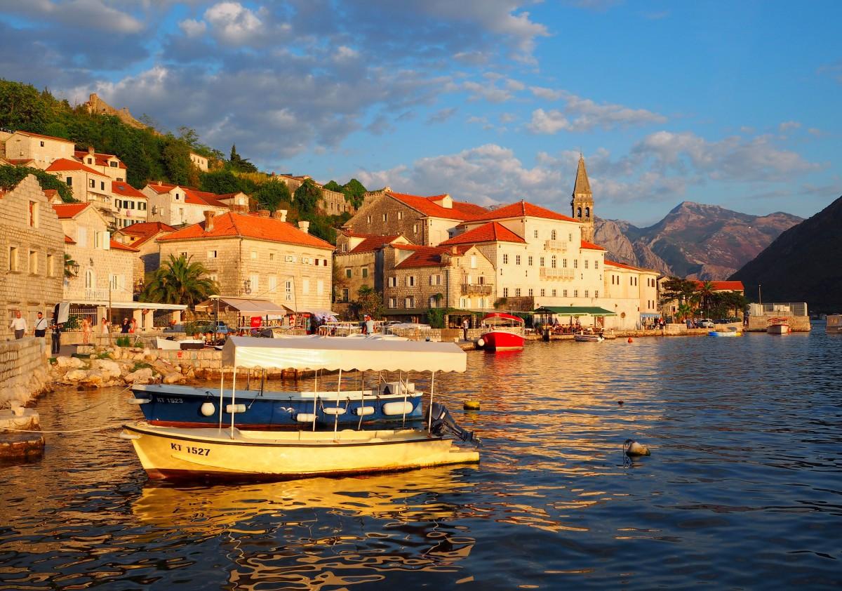 Zdjęcia: Perast, Zatoka Kotorska, nawet łodzie nie kołyszą na wietrze..., CZARNOGÓRA