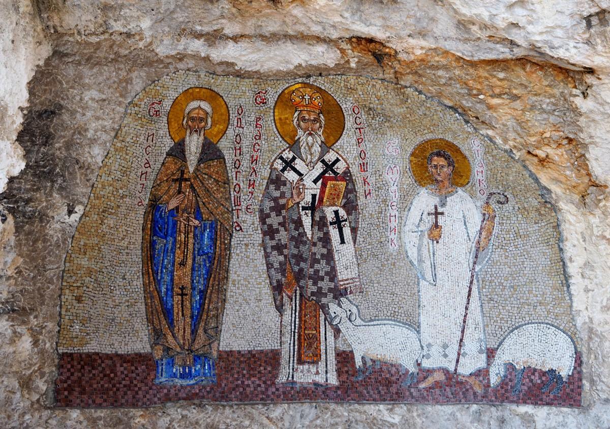 Zdjęcia: prawosławny klasztor Ostrog, nad doliną Bjelopavlic, kolorowe mozaiki..., CZARNOGÓRA