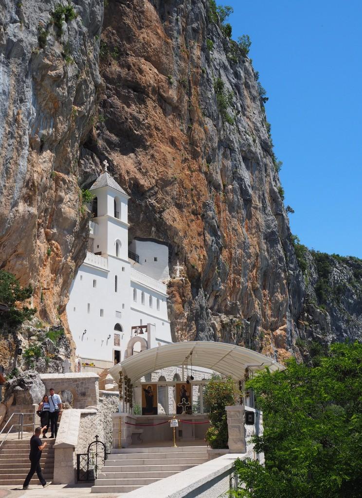 Zdjęcia: prawosławny klasztor Ostrog, nad doliną Bjelopavlic, wciśnięty w skałę..., CZARNOGÓRA