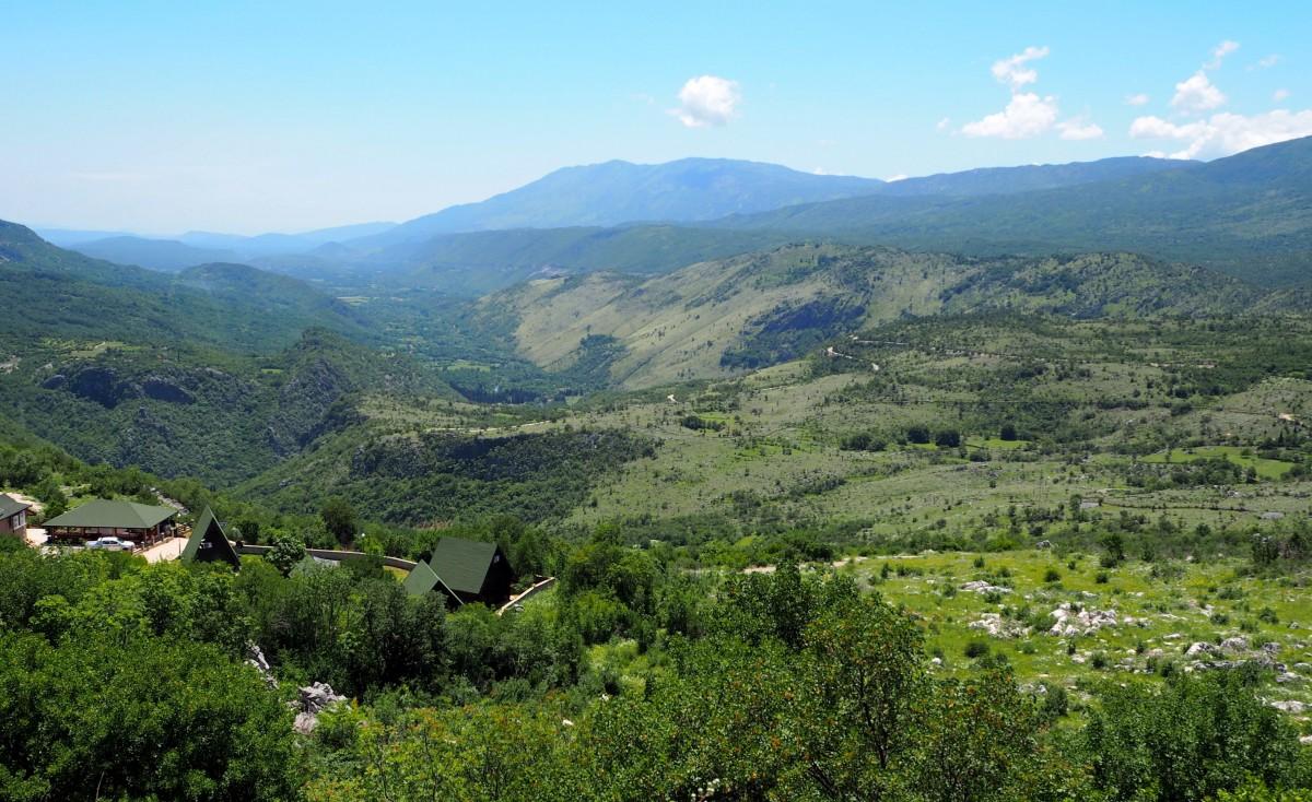 Zdjęcia: dolina Zety - w drodze do słynnego monastyru Ostrog , malownicza dolina Zety..., CZARNOGÓRA