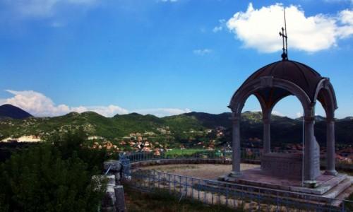 Zdjęcie CZARNOGÓRA / Cetinje / Skała Orła / Mauzoleum władyki (księcia-biskupa) Daniela I z widokiem na miasto