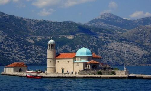 Zdjecie CZARNOGÓRA / Boka Kotorska / naprzeciw Perastu / Kościółek na usypanej wyspie