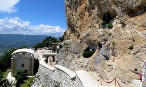 CZARNOGÓRA / - / monastyr Ostrog, nad doliną Bjelopavlic / na schodach...