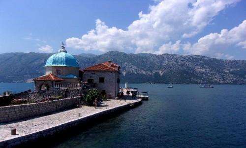 Zdjęcie CZARNOGÓRA / Boka Kotorska / naprzeciw Perastu / Kościółek Matki Bożej ze skały z drugiej strony