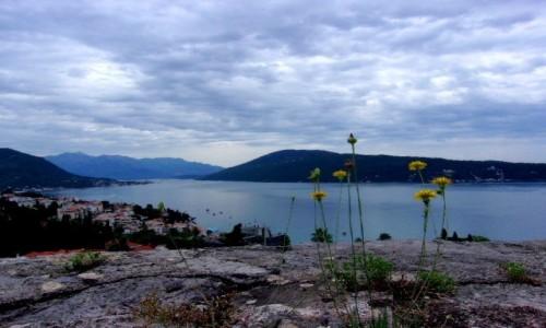 CZARNOGÓRA / Boka Kotorska / Herceg Novi / Zatoka Kotorska w pochmurny dzień
