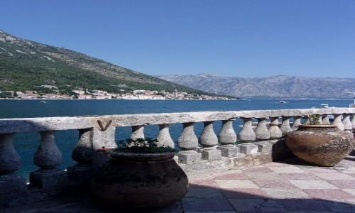 Zdjecie CZARNOGÓRA / Boka Kotorska / Wyspa Matki Bożej ze skały / Widok na Perast z usypanej wyspy