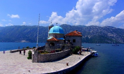 Zdjecie CZARNOGÓRA / Boka Kotorska / okolice Perastu / Barokowy kościółek w sam raz na ślub