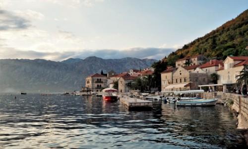 CZARNOGÓRA / Zatoka Kotorska / Perast / rozciągnięty na stoku góry...