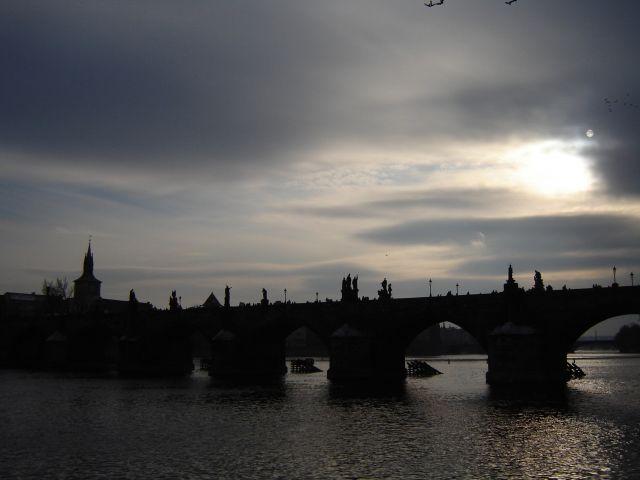 Zdjęcia: Praga, Most Karola o zmierzchu, CZECHY
