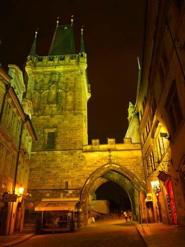 Zdj�cia: Ma�ostra�ska Wie�a Mostowa - wie�a, od strony kt�rej mo�na wej�� na Most Karola od strony , Praha5, Zostawi�a za sob� radosn� karczm� i skierowa�a si� w stron� z�owrogiej wie�y..., CZECHY
