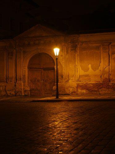 Zdjęcia: Hradcanskie Namesti, Praha6, ...zza muru wynurzyła się dziwna postać i weszła w krąg światła rzucany przez latarnię..., CZECHY