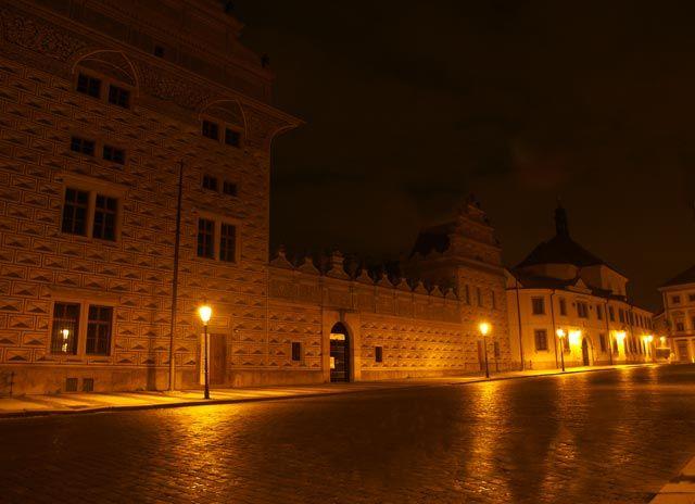 Zdjęcia: Hradcanskie Namesti, Praha7, ...a latarnie do niej mrugały i wskazywały drogę na most..., CZECHY