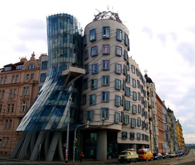 Zdj�cia: Ta�cz�cy Dom /Ginger & Fred/, Praha9, ...a dom, w kt�rym by�a jakby ca�y czas ta�czy�, wirowa�, podskakiwa�..., CZECHY