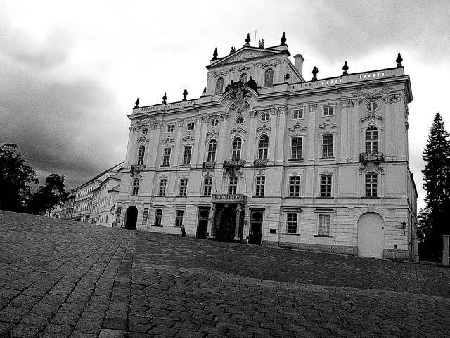 Zdjęcia: Pałac arcybiskupów Pragi, Praha10, ...mijając Pałac Arcybiskupów niebo mruczało złowrogo a bruk nie chciał by szła dalej..., CZECHY