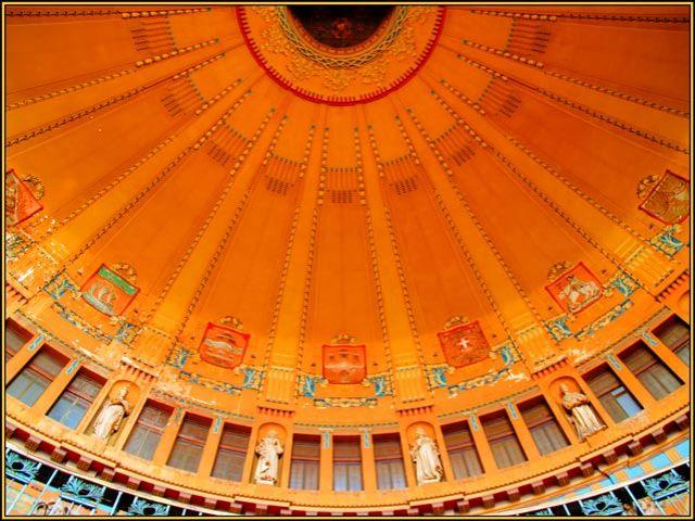 Zdjęcia: Drobne ornamenty w złocie, czerwieni, lazurycie, malachicie, seledynie mogą przyprawić o z, Dworzec w Pradze 4 / Westybul zwieńczony cudownym sklepieniem, CZECHY