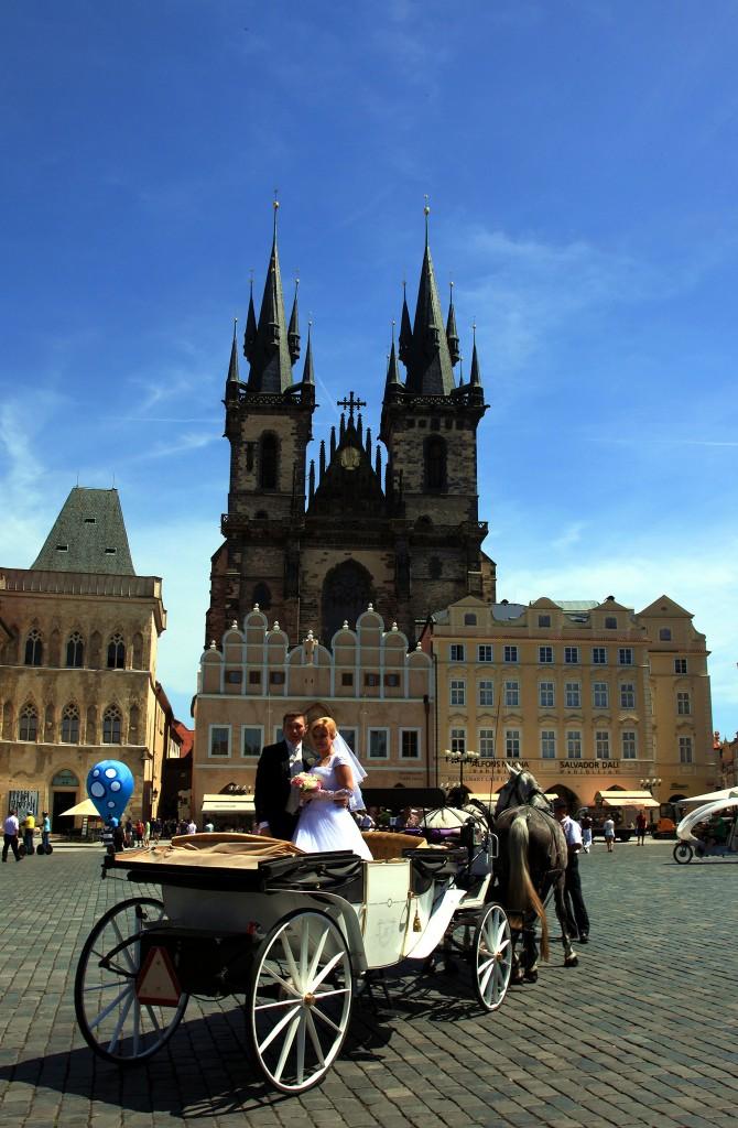 Zdjęcia: Rynek Staromiejski, Praga, Młoda para, CZECHY