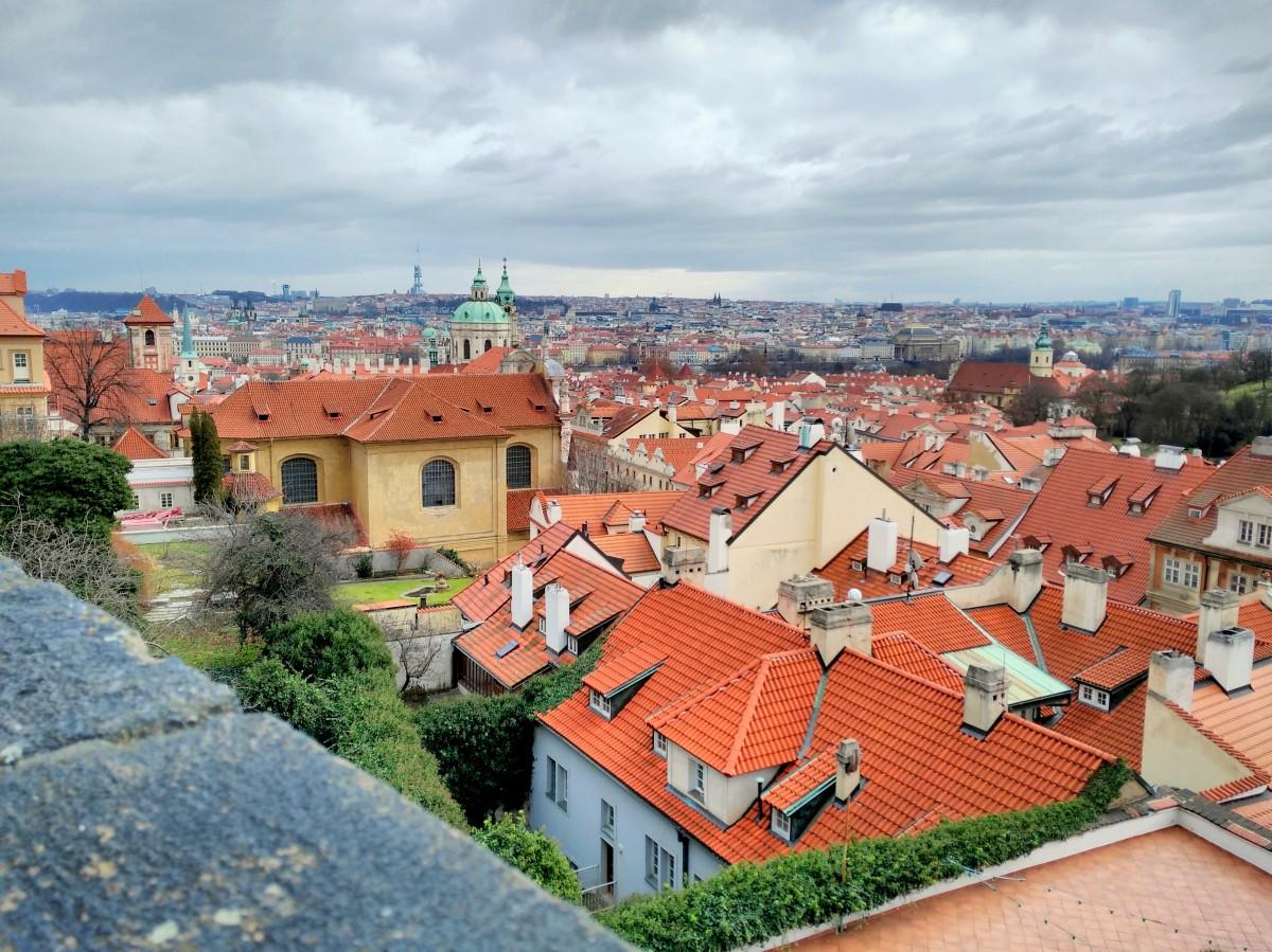 Zdjęcia: Widok z placu w pobliżu Zamku na Hradczanach, Praga, Ceglaste dachy, CZECHY