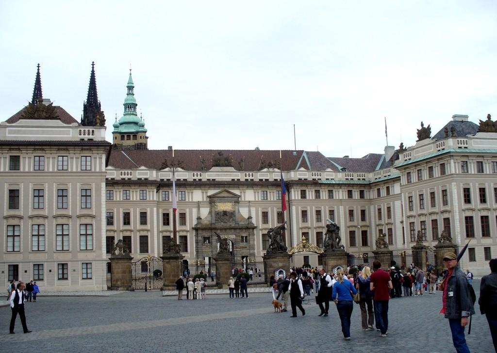 Zdjęcia: Praga, Kraj Środkowo Czeski, Przed pałacem na Hradcanach, CZECHY