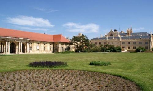 Zdjęcie CZECHY / Morawy Południowe / Lednice / Zamek w Lednicach + dawne stajnie
