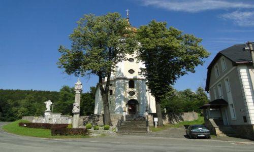 Zdjęcie CZECHY / Góry Opawskie  / Stara Czerwena Woda / Kościółek wśród drzew