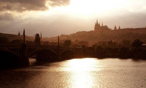 Zdjecie CZECHY / Kraj środkowoczeski / Hradczany / Deszczowa Praga