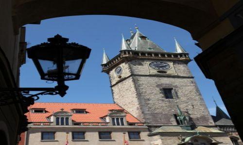 CZECHY / Praga / Z bocznej uliczki / Ratusz Staromiejsci
